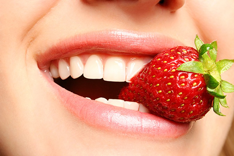Dâu tây giúp răng trắng sáng và ngăn ngừa các nguyên nhân hình thành mảng bám (ảnh minh họa)